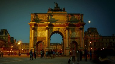 PARIS - AUGUST: Tourists are walking near the Arc de Triomphe du Carrousel,It is a triumphal arch that was commissioned in 1806 to commemorate Napoleon's military victories,