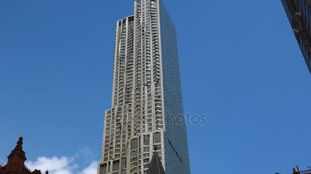 New York, Usa - cca 2017: Centre Street s výhledem z New Yorku, Gehry mrakodrap na ulici smrk 8, v nižší Manhattan.ultrahd4k,real čas
