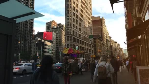 New York City - cca 2017 - přenosy procházející přední kultovní budovy Flatiron Building.Flatiron New Yorku je považován za jeden z 1st mrakodrapů někdy built.ultra hd 4 k, reálném čase