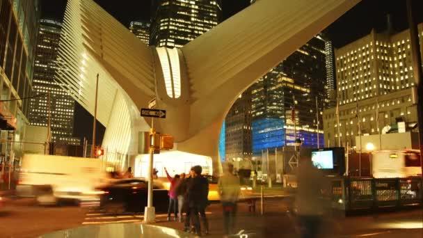 New York City - circa2017: nakupující a dojíždějících chodit The Oculus od Santiaga Calatravy futuristické nákupního centra Westfield na Světové obchodní centrum Manhattanu, časová prodleva
