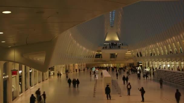 New York City - circa2017: nakupující a dojíždějících chůze uvnitř The Oculus od Santiaga Calatravy futuristické nákupního centra Westfield na Světové obchodní centrum Manhattanu, časová prodleva