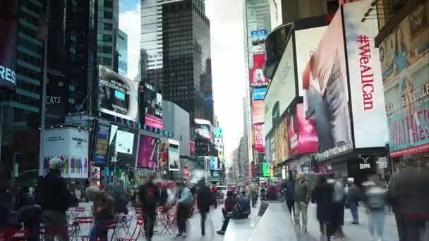 New York City - június 23.: Idő telik el a Times Square-en forgalom este, június 23, 2017-New York City. Times Square vált egy ikonikus jelképe a New York és az Amerikai Egyesült Államok.