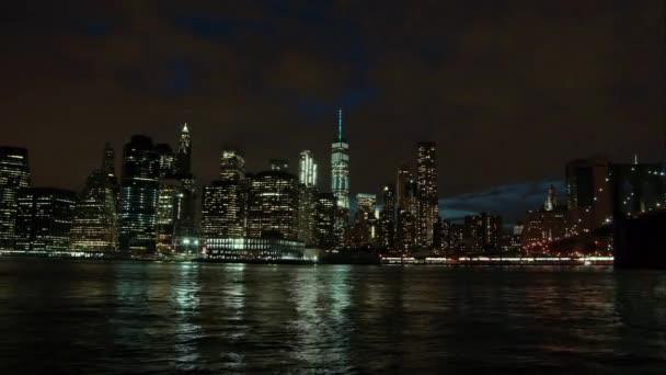 New York City cittá grattacieli skyline notte ponte East River vista riflesso dacqua Manhattan Usa East Coast, panorama vista traffico Vista areale grande città del distretto, lasso di tempo, 4K
