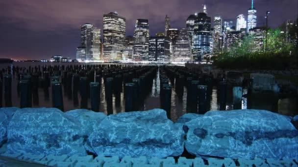 New York City Panorama mrakodrapů Panorama noční most East River view Manhattan vody odraz Usa východní pobřeží, okres panorama pohled doprava plošné zobrazení velké město, časová prodleva, 4k