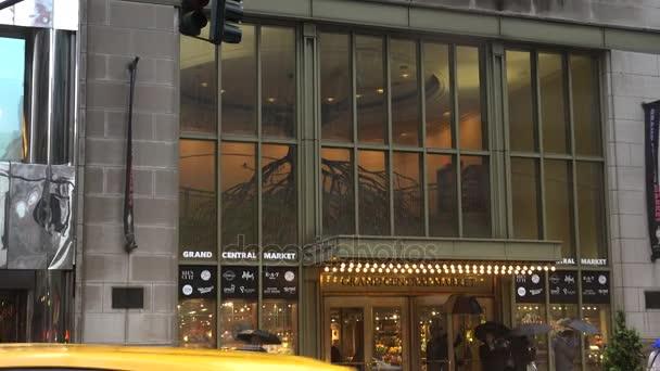 New York, cca 2017: Street scény s dojíždějících a auta poblíž Grand Central Station.In 2013, hostilo 21,6 milionů návštěvníků, uvedení mezi deseti nejnavštěvovanějších turistických atrakcí na světě.
