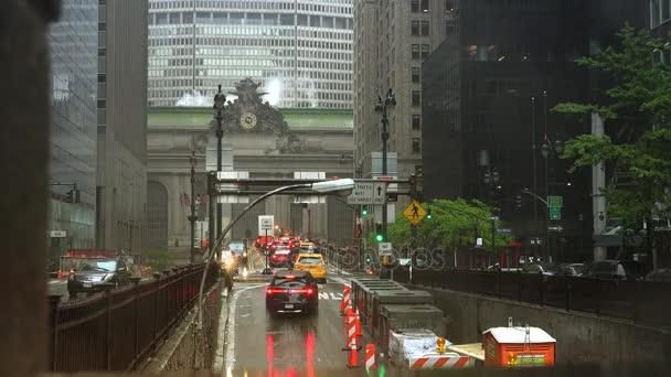 New York City - cca 2017: provoz vozidel proudící z Park Avenue tunelu směrem ke Grand Central Terminal v deštivý den