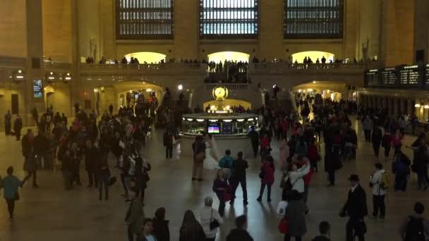 New York, cca 2017: dojíždějících a turistů v Grand Central Station.In 2013, hostil 21,6 milionů návštěvníků, uvedení mezi deseti nejnavštěvovanějších turistických atrakcí na světě. Ultrahd4k
