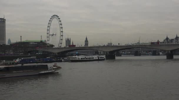 Londýn, Velká Británie - cca 2017: The Thames předává některé z památek Londýna,