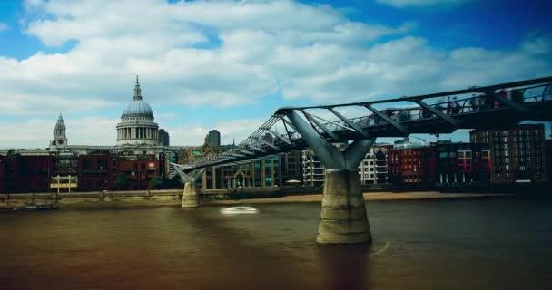 Lidí, kteří jdou přes most tisíciletí v Londýně, časová prodleva