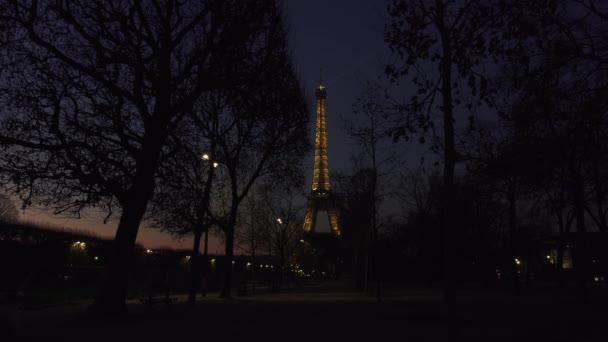 Paříž, Francie - cca 2017: Eiffelova věž světelné představení za soumraku. Eiffelova věž je nejnavštěvovanější památkou Francie. Pohled na Eiffelovku světelného paprsku Show v Paříži.