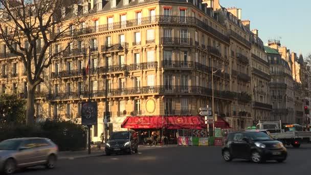 Paříž, Francie-cca 2017: město ulice s výhledem na červené restaurace, venkovní kavárna a lidi přes silnici, ultra hd 4k