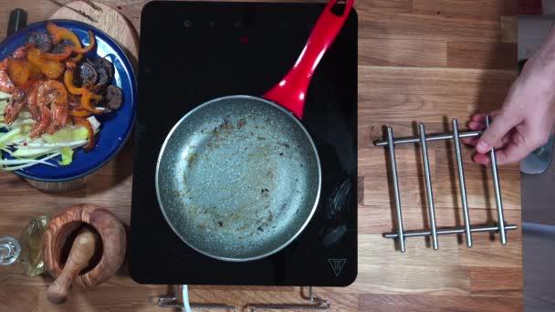Top view potravinový přípravek krevety a fialové brambory na pánev na sporák s indukční