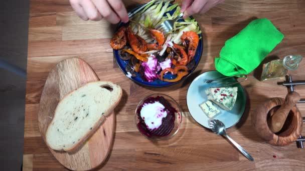 Top view potravinový přípravek krevety a fialové brambory