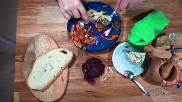 Top view élelmiszer-készítmény garnélarák és lila burgonya