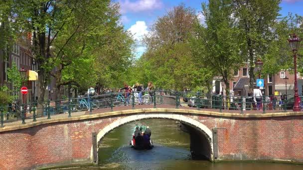 Starý most, ulice, kanály, budov a lodí v Amsterdamu, Nizozemsko