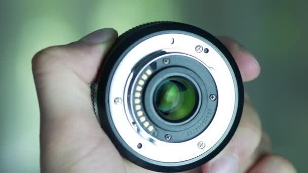 Kameralinse in den Händen
