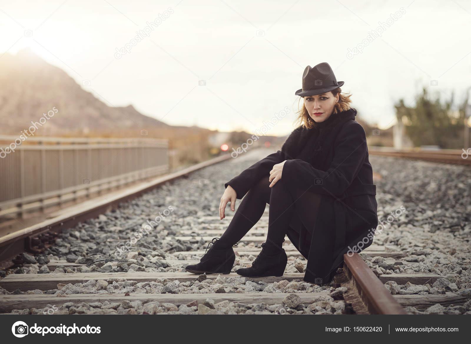 Девушка бегущая к поезду
