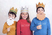 Kinder, die als drei Weise verkleidet sind