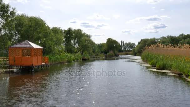 Dřevěná pergola na řece