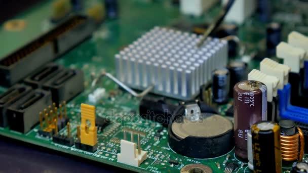 Számítógépes áramkör rádió alkatrészek. Duzzogott, alkalmatlan kondenzátor.