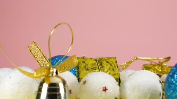 Boldog Új Évet. Új év kártya rózsaszín háttér, karácsonyi játékok.