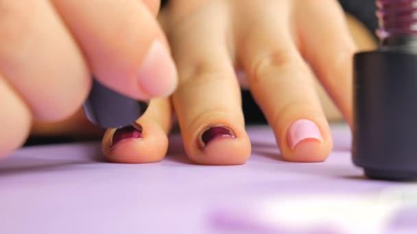 Krok profesionální gel polštině manikúra detailní záběry. Kosmetický průmysl.