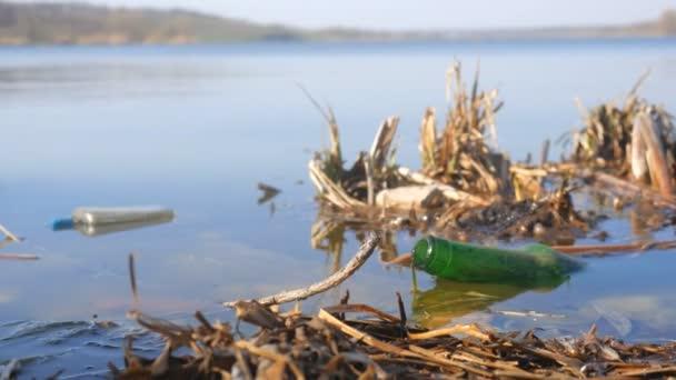 skleněná láhev v řece, znečištění životního prostředí anorganické odpady