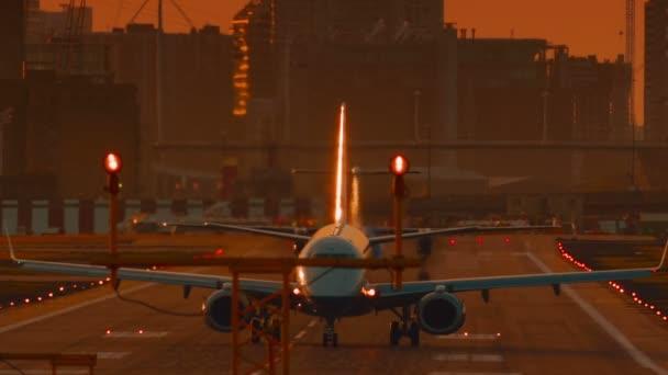 Letiště London City - Ultra Detailní záběr na letadlo chystá vzlétnout během západu slunce