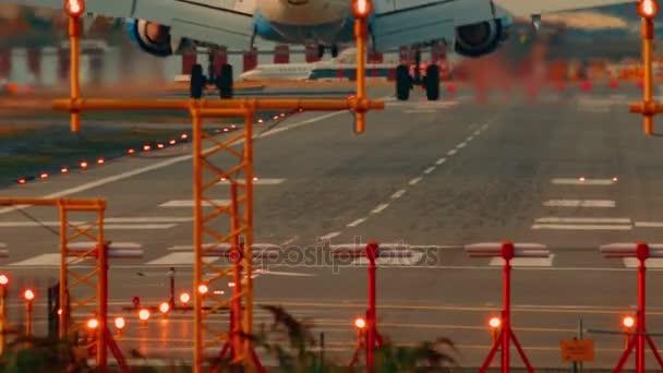 Letiště London City - Ultra Detailní záběr velké dopravní letadlo přistání během dne za slunečného dne