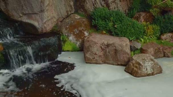Closeup detail vodopád v krásná japonská zahrada