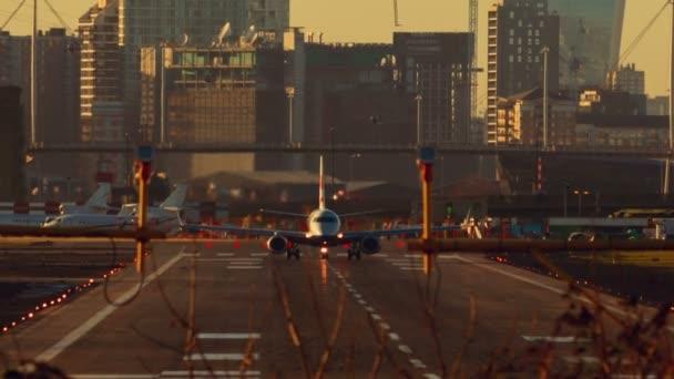 Letiště London City - velké komerční dopravní letadlo rozbíhá a před kamerou