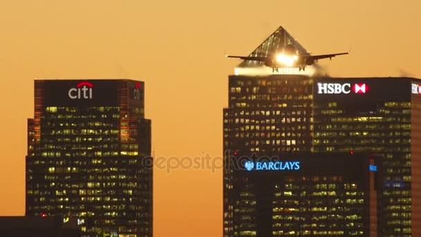 Letiště London City - pozdě večer záběr ukazuje letadlo přistání s důležitých bankovních institucí v pozadí
