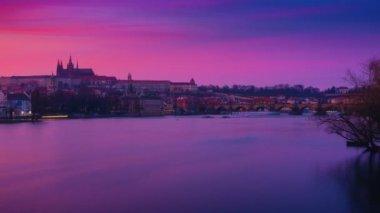 Cinemagraph jako timelapse z řeky Vltavy a Karlova mostu od soumraku do noci v destinaci Praha, Česká republika, Česko