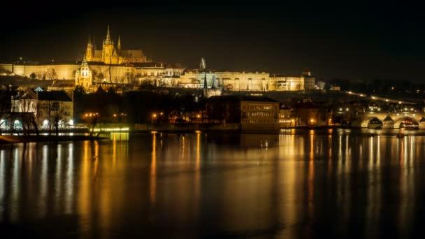Timelapse Cinemagraph připomínající řeku Vltavu a Karlův most v noci v Praze, Česká republika, Česko