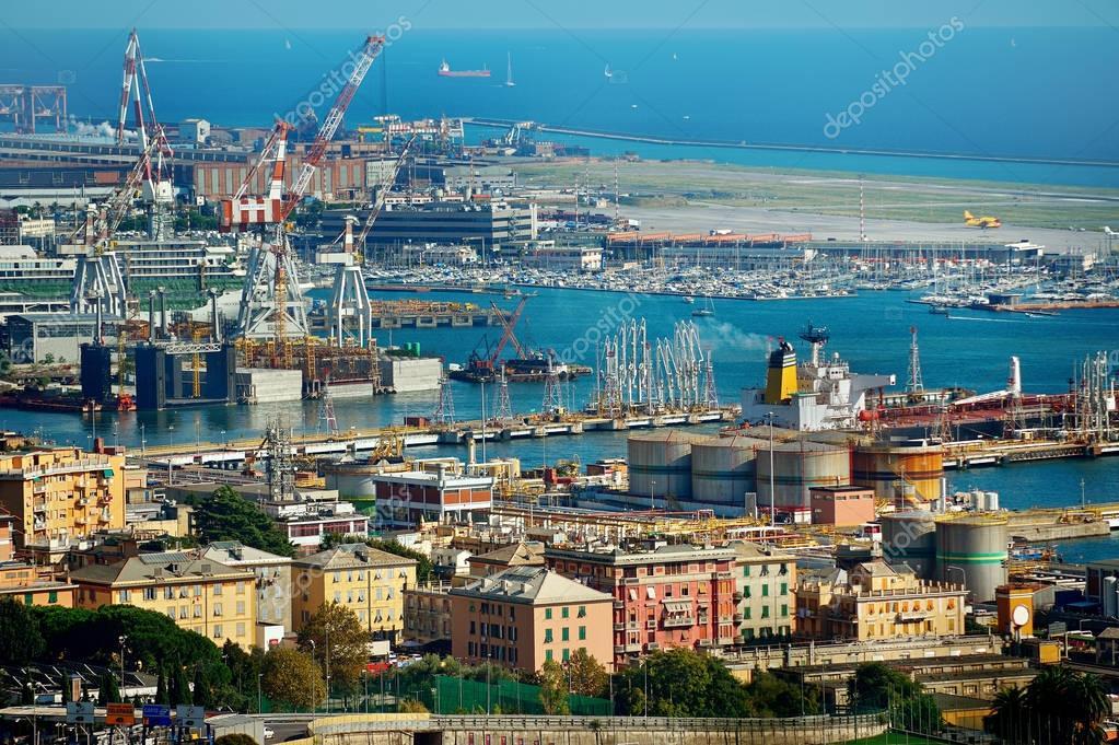 ジェノヴァ港ドック、イタリア ...