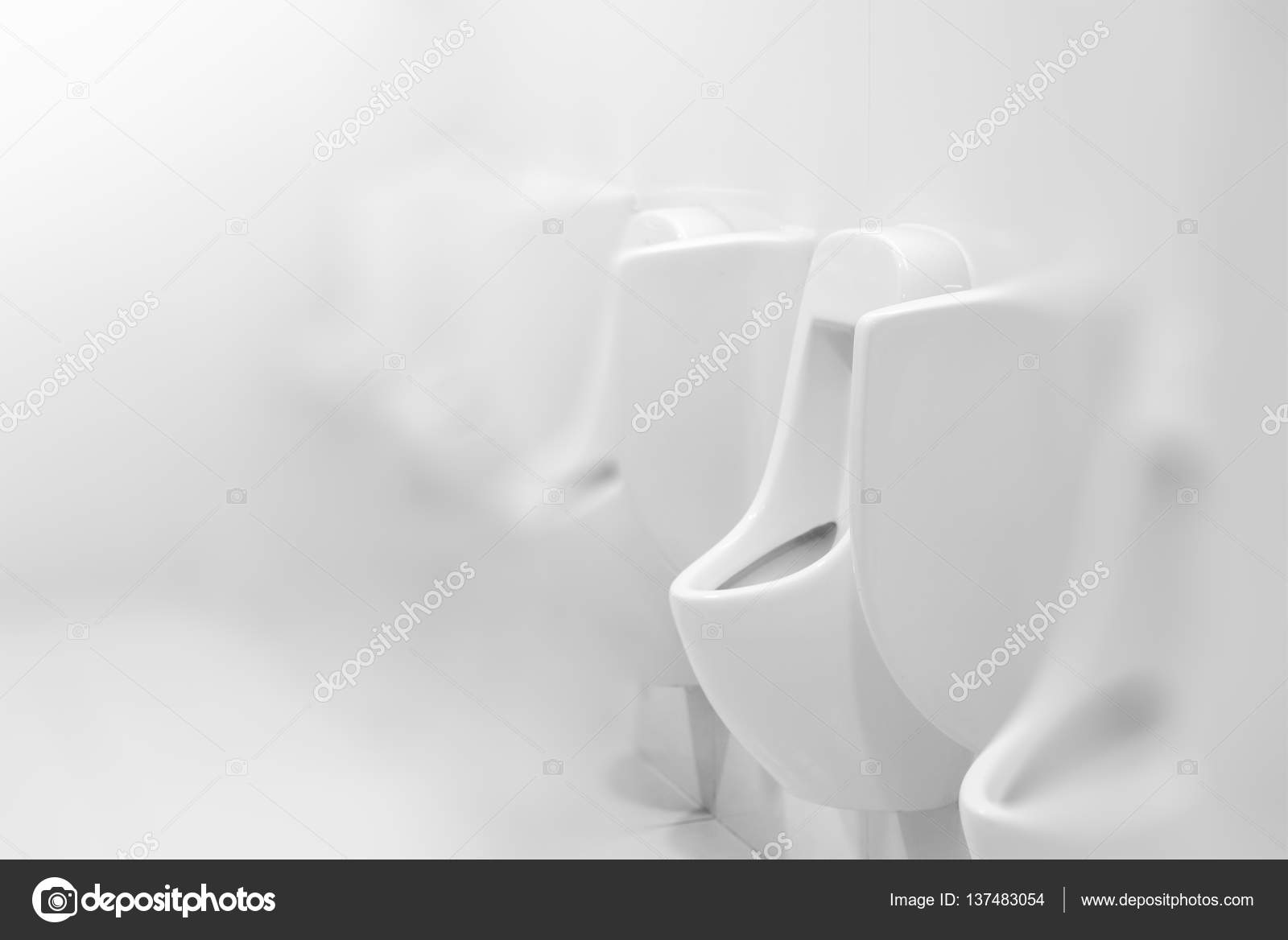 Urinoirs in witte openbare toilet of toilet interieur design