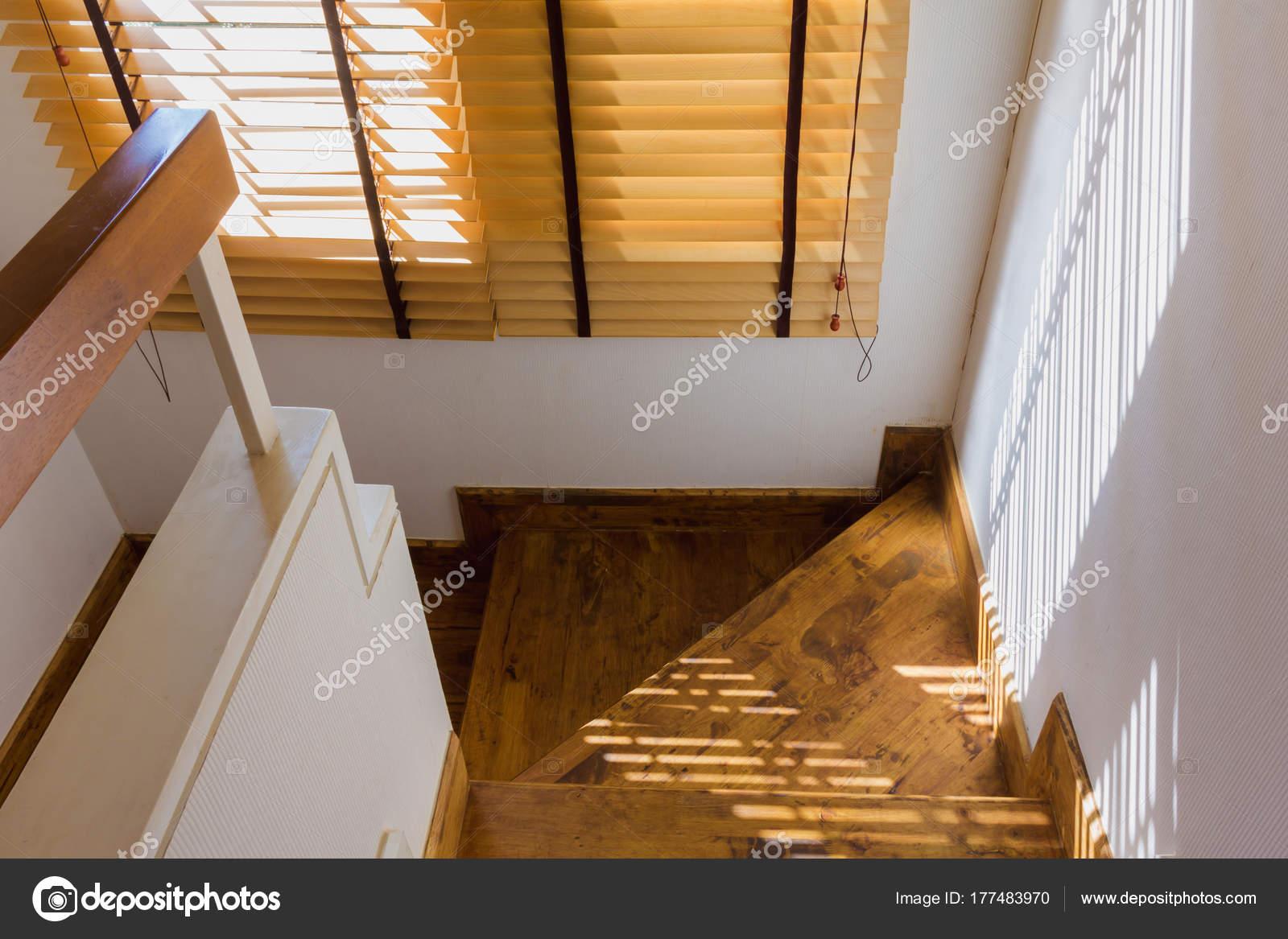 Controllo tenda legno marrone illuminazione alla finestra con