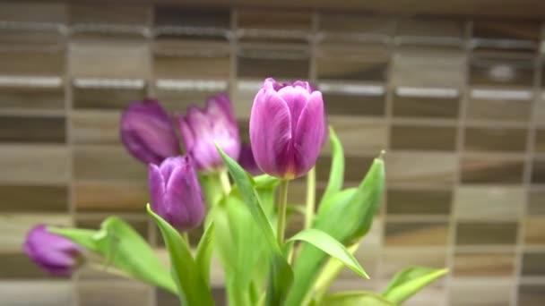Tulpen in einer Vase auf dem Küchentisch schmücken die Küche