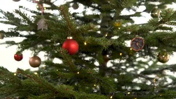 zdobení stromečku na vánoční prázdniny v zimě