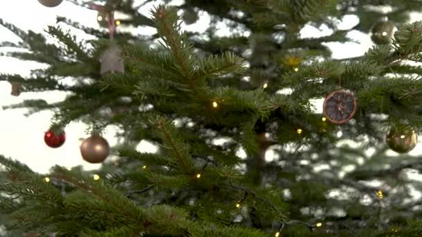 karácsonyfadísz díszítése télen