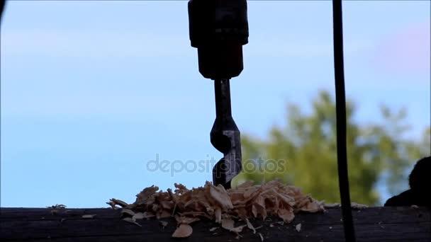 El trabajador recoge el marco y perfora un agujero en un registro ...