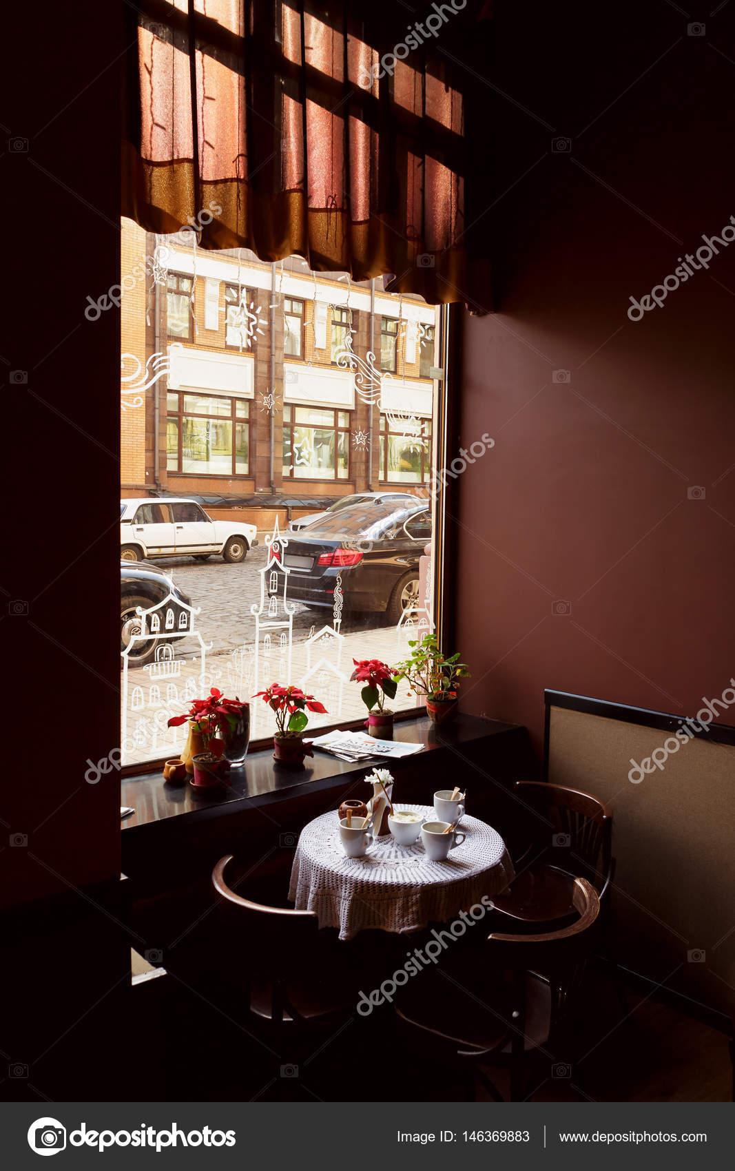het interieur van een leeg caf of restaurant houten tafels en stoelen en een groot raam in het bruin caf zaal foto van logvinyukyuliia