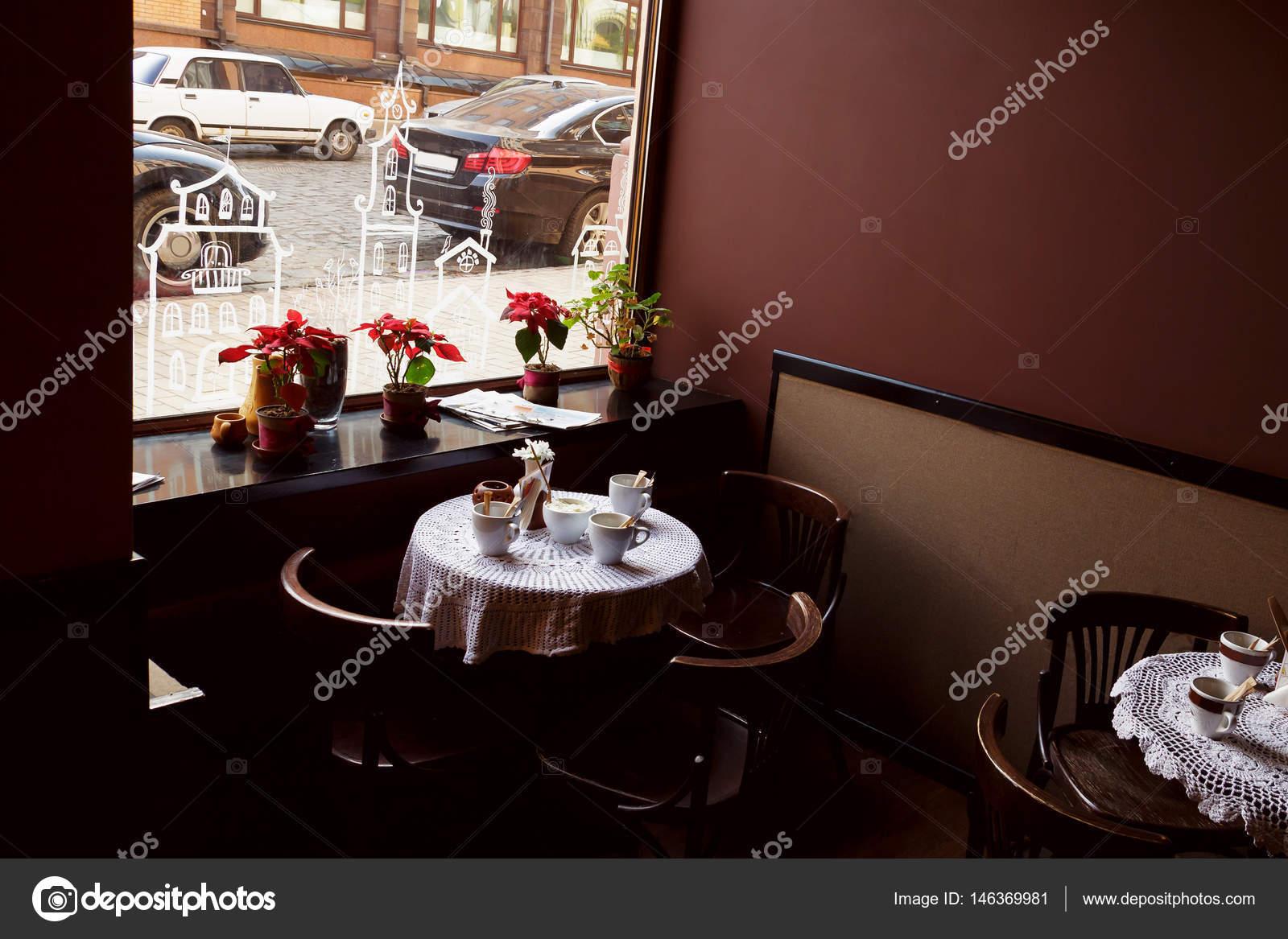 Het interieur van een leeg café of restaurant. Houten tafels en ...