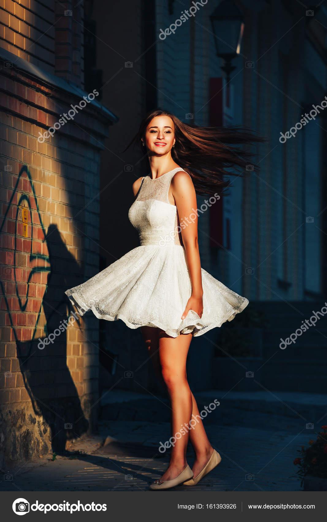 Mujeres con vestidos en la calle