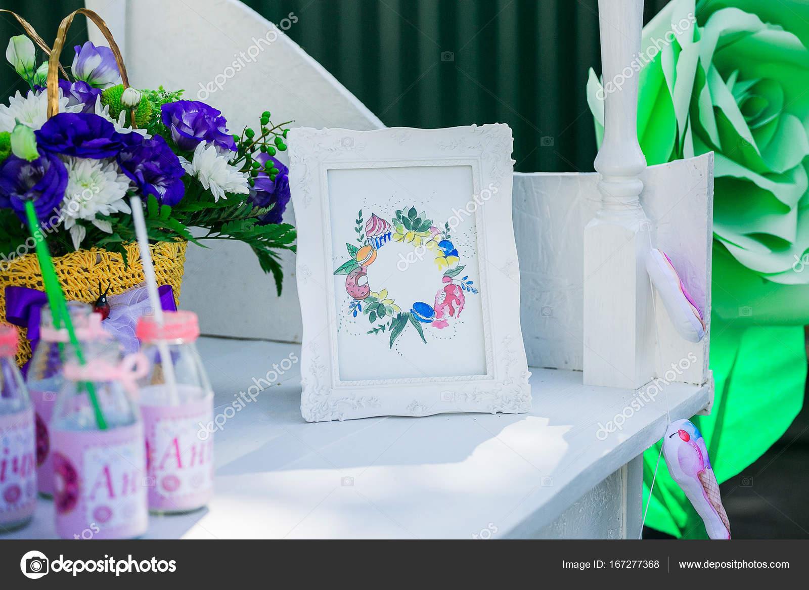 Ein Glas-Flaschen auf eine Kandi Bar. Rahmen mit Blumen und Glas ...