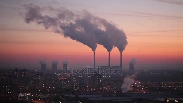Schornsteine des Kraftwerks in farbenprächtigen Sonnenuntergang