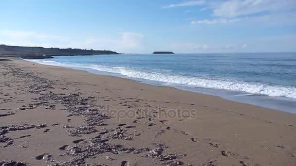 tenger hullámai az Akamas-félsziget sziklás partján a Lara strandon