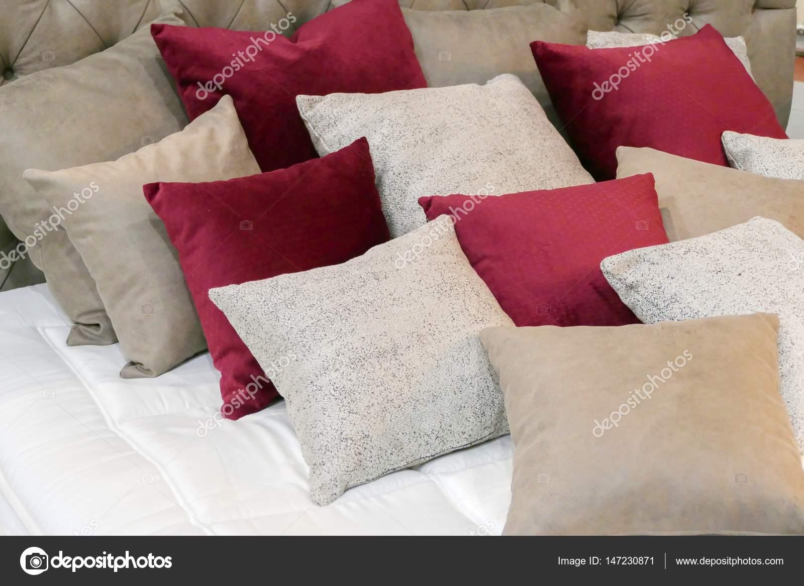 Cuscini in una camera da letto per un relax — Foto Stock ...