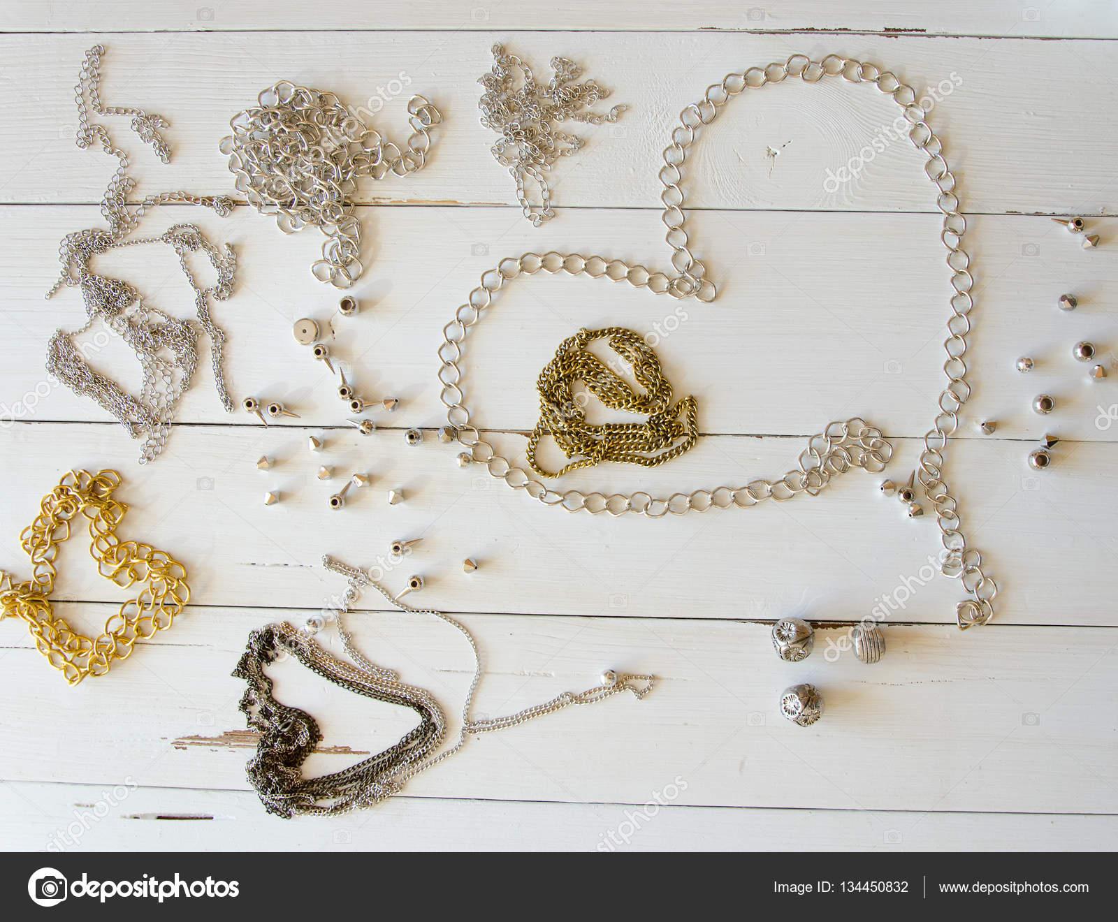 d0d6e192e6 Κοντινό πλάνο της χρυσό κολιέ και αλυσίδες στο ξύλινο τραπέζι. Χειροποίητα  στοιχεία μεταλλικά κοσμήματα