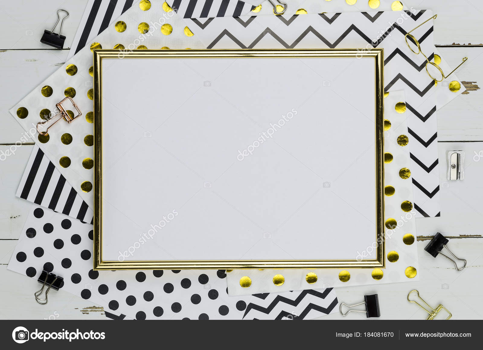 Plano pone maqueta con marco dorado y oficina de suministros sobre ...